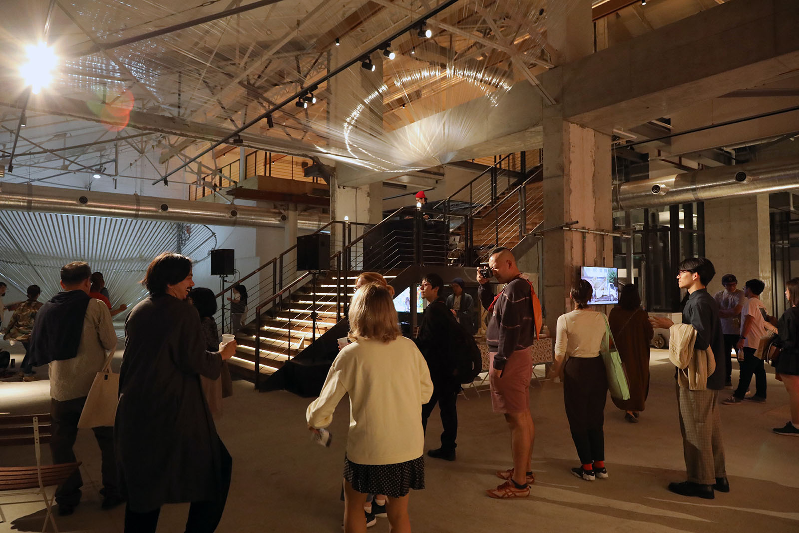 湾岸エリアの倉庫やコミュニティスペースを活用したアートプロジェクト